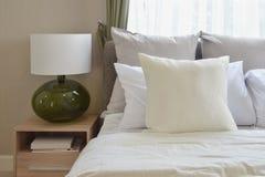 Sypialnia wewnętrzny projekt z białymi poduszkami na łóżku i dekoracyjnej lampie Obrazy Stock