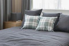 Sypialnia wewnętrzny projekt z sprawdzać zielonymi poduszkami na popielatym łóżku Fotografia Royalty Free