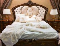 Sypialnia z łóżkiem w baroku stylu Obraz Stock