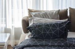 Sypialnia z czarną koc i poduszkami Obraz Royalty Free
