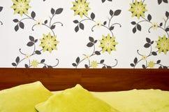 Sypialnia z dwoistymi łóżkowymi poduszkami Zdjęcia Royalty Free