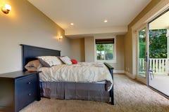 Sypialnia z dywanowym i wielkim balkonowym drzwi. Fotografia Royalty Free
