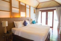 Sypialnia z koc na łóżku i poduszką obraz stock
