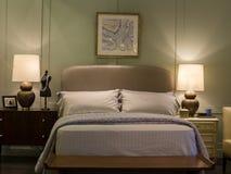 Sypialnia z nowożytnym łóżkiem Obraz Royalty Free