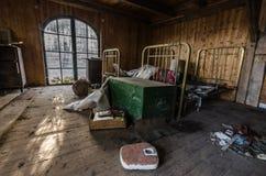 sypialnia z skala w domu zdjęcia royalty free