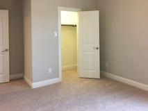 Sypialnia z szafa projektem w nowym domu zdjęcia royalty free