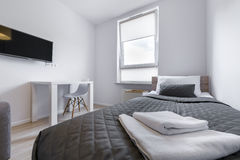 Sypialny bad w małym, ekonomicznym nowożytnym pokoju, Fotografia Royalty Free
