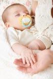 Sypialny dziecko portret w macierzystej ręce, szczęśliwym pojęciu, macierzyńskiego i dzieciństwa, ostrość na twarzy Zdjęcia Royalty Free