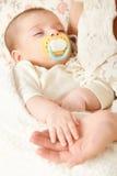 Sypialny dziecko portret w macierzystej ręce, szczęśliwym pojęciu, macierzyńskiego i dzieciństwa, ostrość na twarzy Obrazy Royalty Free