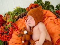 Sypialny nowonarodzony dziecko w koszu Zdjęcie Royalty Free