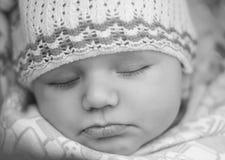 Sypialny piękny dziecko, zbliżenia czerń Fotografia Stock