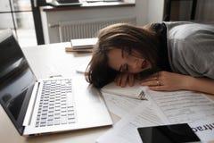 Sypialny pracownik po nocnej pracy, przepracowywa się Fotografia Stock