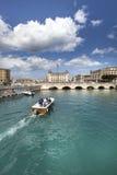 Syracuse, Италия Шлюпка пересекает канал в городе стоковое изображение rf