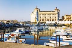 Syracuse, Italie, 08 28 2016 : Marina avec les bateaux et les yachts colorés dans la ville un jour ensoleillé lumineux image stock
