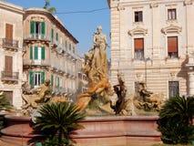 Syracuse, Ortigia avec la fontaine néoclassique de Diana, Sicile images stock