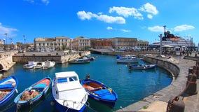 Syracuse, Sicilië, Italië - April tiende 2019: Mooie haven met boten in dichtbij de brug die de stad aan Ortigia verbindt stock videobeelden