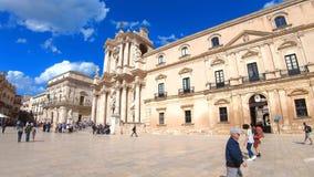 Syracuse Sicilien, Italien - April 10th 2019: Turister som går på den härliga Piazza Duomo fyrkanten, i att förbluffa Sicilian Sy stock video