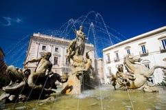 Syrakus, Marktplatz Archimede und Brunnen von Diana Lizenzfreie Stockbilder