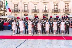 Syrakus Sizilien Italien - 5. Juni 2019: Parade des carabinieri, das die Uniform und die historischen Hüte mit Feder und Rot trag lizenzfreie stockfotografie