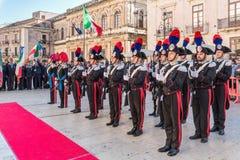 Syrakus Sizilien Italien - 5. Juni 2019: Parade des carabinieri, das die Uniform und die historischen Hüte mit Feder tragen lizenzfreies stockfoto