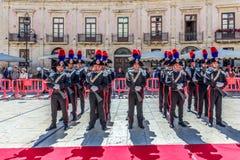 Syrakus Sizilien Italien - 5. Juni 2019: Parade des carabinieri, das die Uniform und die historischen Hüte mit Feder tragen lizenzfreie stockfotografie