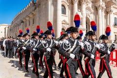 Syrakus Sizilien Italien - 5. Juni 2019: Parade des carabinieri, das die Uniform und die historischen Hüte mit Feder tragen stockfoto