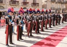 Syrakus Sizilien Italien - 5. Juni 2019: Parade des carabinieri, das die Uniform und die historischen Hüte mit Feder tragen lizenzfreie stockbilder