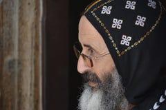 Syriac Orthodoxe Monnik in het Traditionele Hoofd Behandelen Stock Foto's