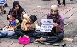 Syriansk flyktingfamilj som frågar för hjälp Arkivfoton