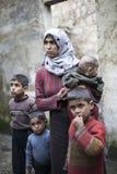 Syriansk moder med henne som är childern i Aleppo. Royaltyfri Fotografi