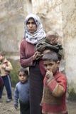 Syriansk moder med henne som är childern i Aleppo. Arkivbilder