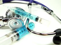 Syrings avec le stéthoscope sur le blanc Photos stock