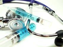 Syrings con lo stetoscopio su bianco Fotografie Stock