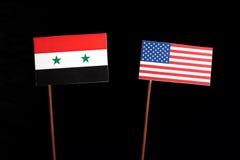 Syrische Flagge mit USA-Flagge auf Schwarzem Lizenzfreie Stockbilder