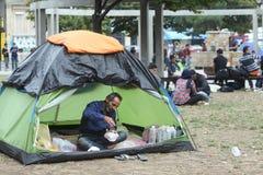 Syrische immigranten die in Belgrado rusten stock afbeelding