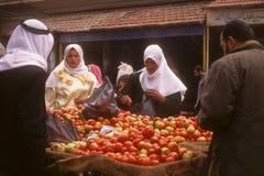Syrische straatmarkt, versluierde Arabische vrouwen Stock Foto