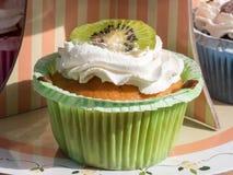 Syrlig bakelse för kiwiefterrättfrukt med piskad kräm Arkivbilder