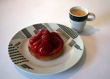 Syrlig jordgubbefrukt och en kopp kaffe Royaltyfri Bild
