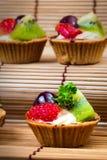Syrlig och träbakgrund för mini- frukt Royaltyfria Foton