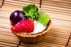 Syrlig och träbakgrund för mini- frukt Royaltyfri Bild