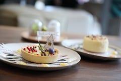 Syrlig pajtoppning för citron med den söta efterrätten för chokladboll royaltyfri bild