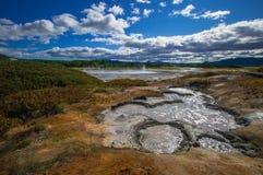 Syrlig sjö i caldera för vulkan för Uzon ` s Kamchatka Ryssland royaltyfri bild