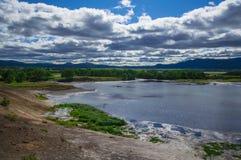 Syrlig sjö i caldera för vulkan för Uzon ` s Kamchatka Ryssland arkivbilder