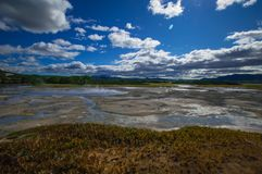 Syrlig sjö i caldera för vulkan för Uzon ` s Kamchatka Ryssland arkivfoto