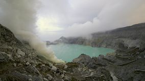 Syrlig tjock vit rök för svavel på den Kawah Ijen vulkankrater stock video
