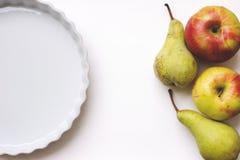 Syrlig tom vit keramik eller pajbakningmaträtt, på den vita tabellen, wi arkivfoto