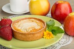 Syrliga Apple, jordgubbar och äpplen Arkivbilder