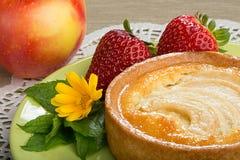 Syrliga Apple, jordgubbar och en Appe Royaltyfria Bilder