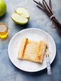 Syrliga Apple, smördegremsor med vaniljvaniljsås Royaltyfri Foto