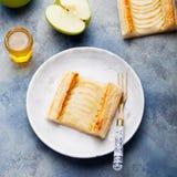 Syrliga Apple, smördegremsor med vaniljvaniljsås Arkivfoto